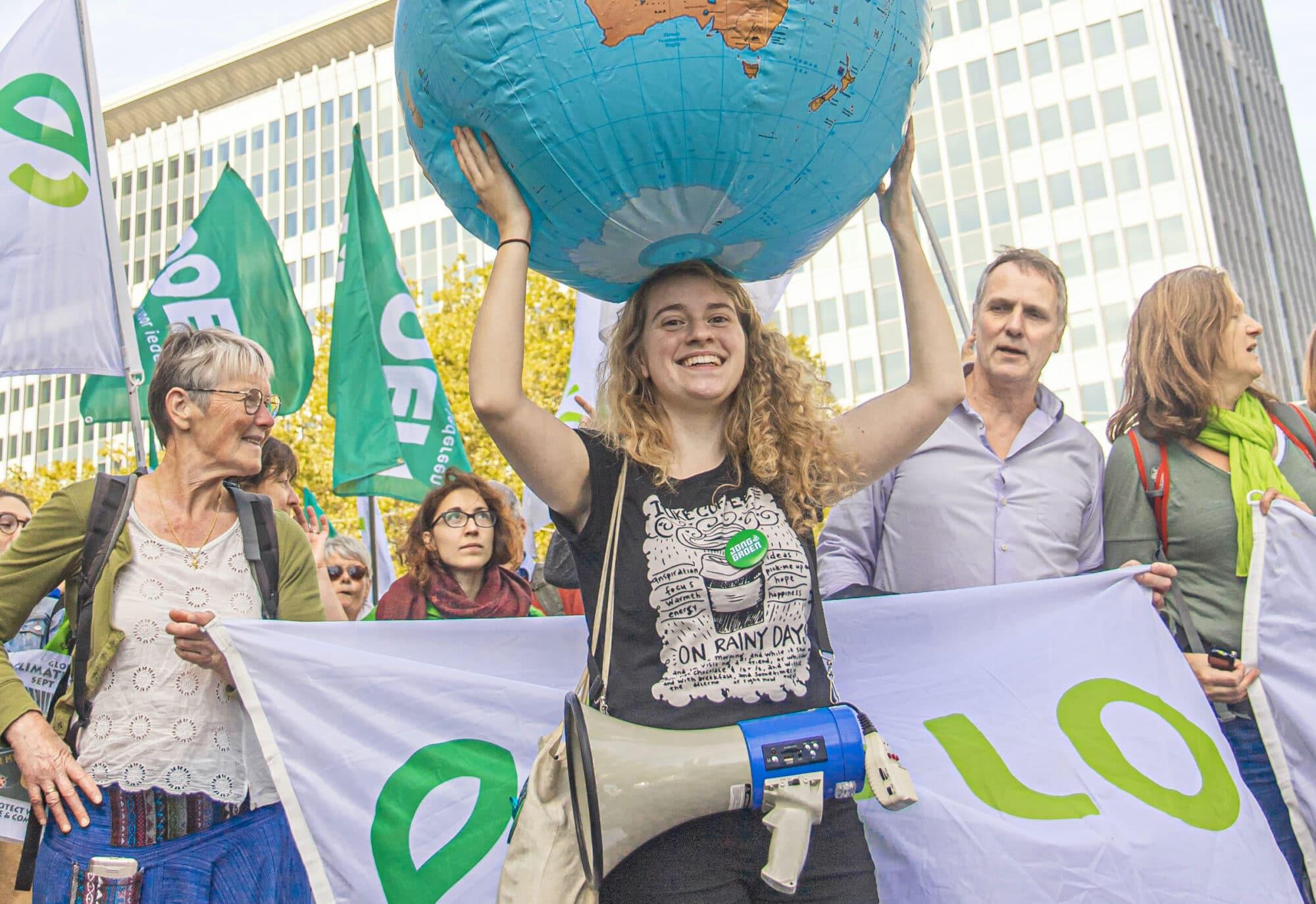 Manifestation d'Ecolo, une militante porte un ballon gonflable en forme de planète