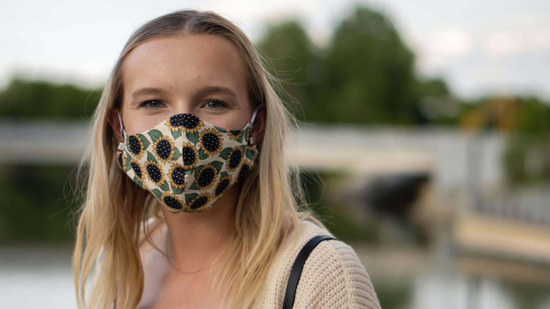 Portrait d'une femme portant un masque de protection